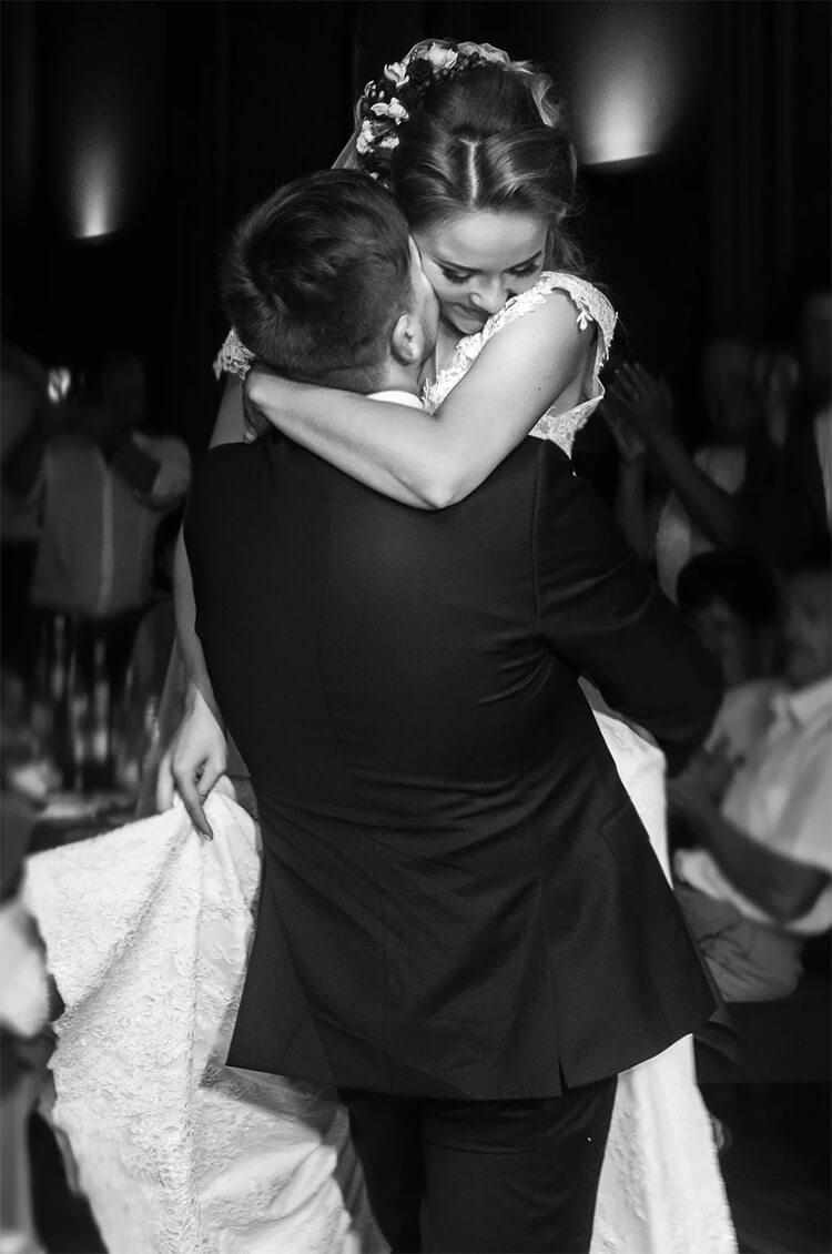 Hochzeitspaar-Tanzen-Fröhlich-Verliebt-Hochzeitsfotograf-Patrick-Schorer