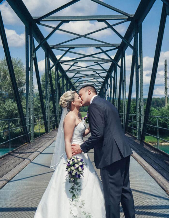 Einzigartige Hochzeitsfotos Brautpaarshooting-alte Brücke-Küssen