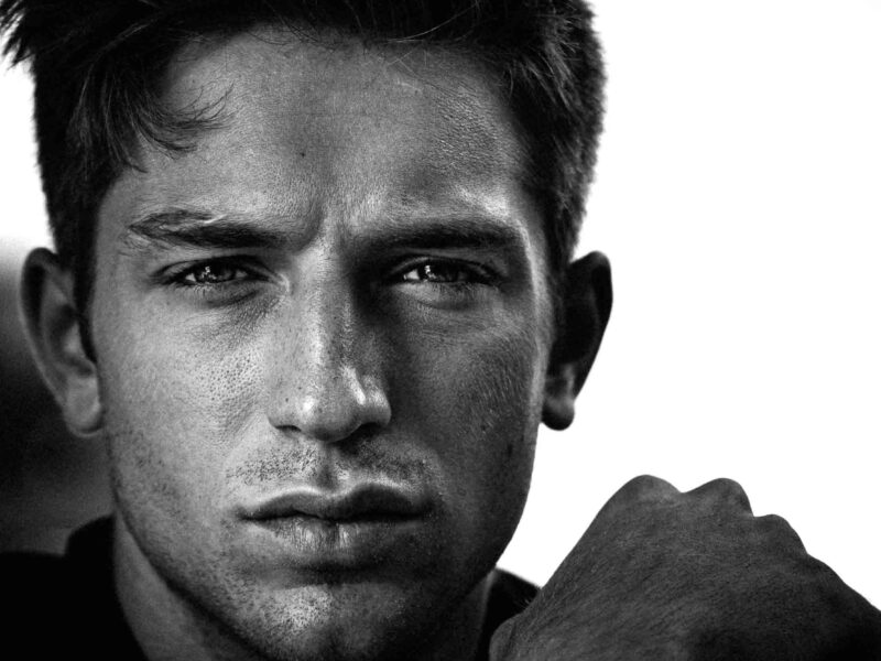 Portrait-Schwarz-Weiss-Headshot-Intensiv-Ausdruckstark